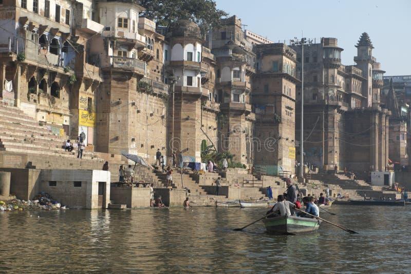 Bootfahrt im heiligen Fluss der Ganges stockbild