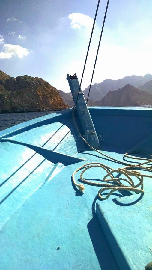 Bootfahrt im musandam lizenzfreie stockbilder