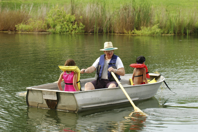 Bootfahrt mit Großvater lizenzfreies stockfoto