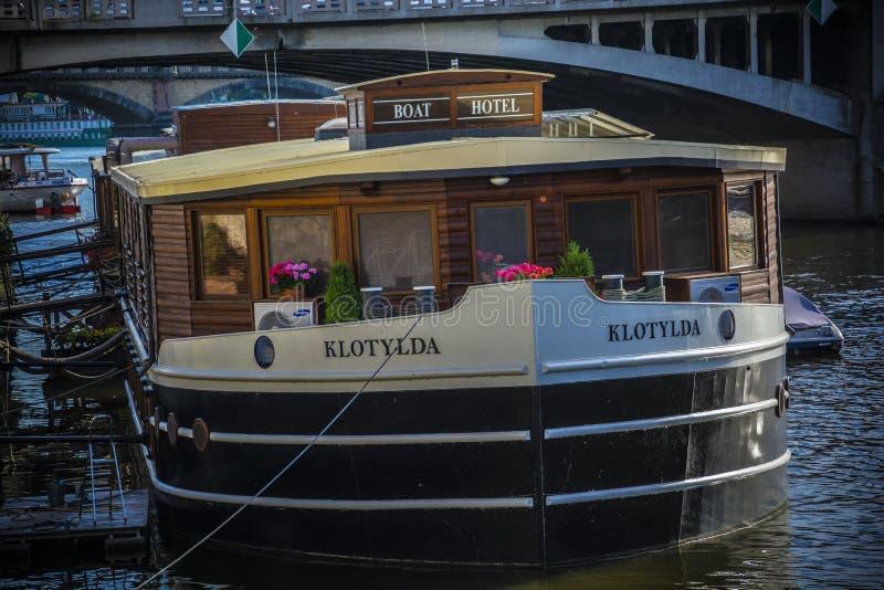 Boothotel in Praag op Vltava royalty-vrije stock afbeelding