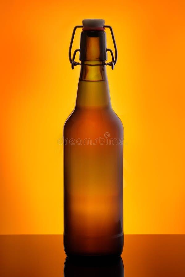 Bootle de la cerveza de Brown con el top del oscilación imagenes de archivo