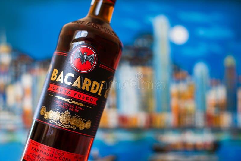 Bootle do rum de Bacardi - Carta Fuego rum temperado vermelho de Cuba fotos de stock
