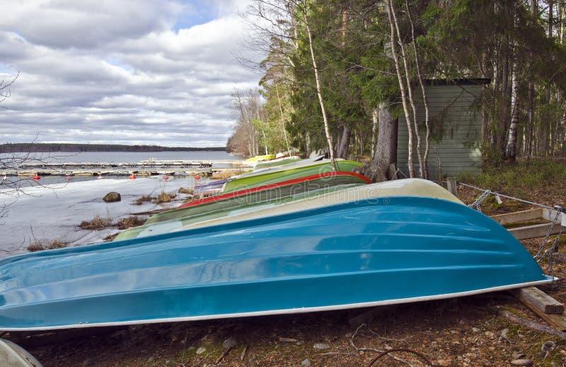 Bootpost in de grens van Saaksjarvi-Meer in Finland royalty-vrije stock afbeelding