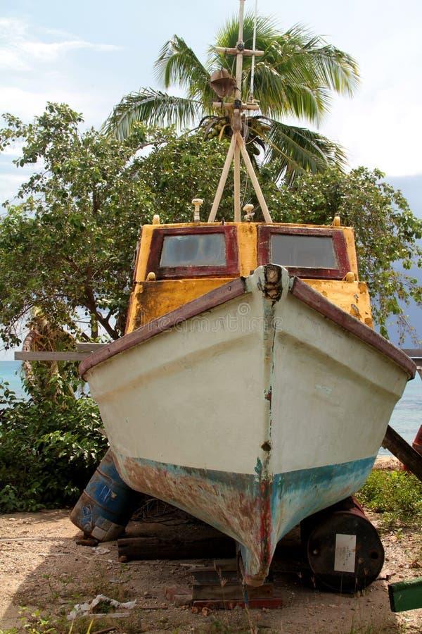Bootrestauratie in het tropische eiland royalty-vrije stock afbeelding