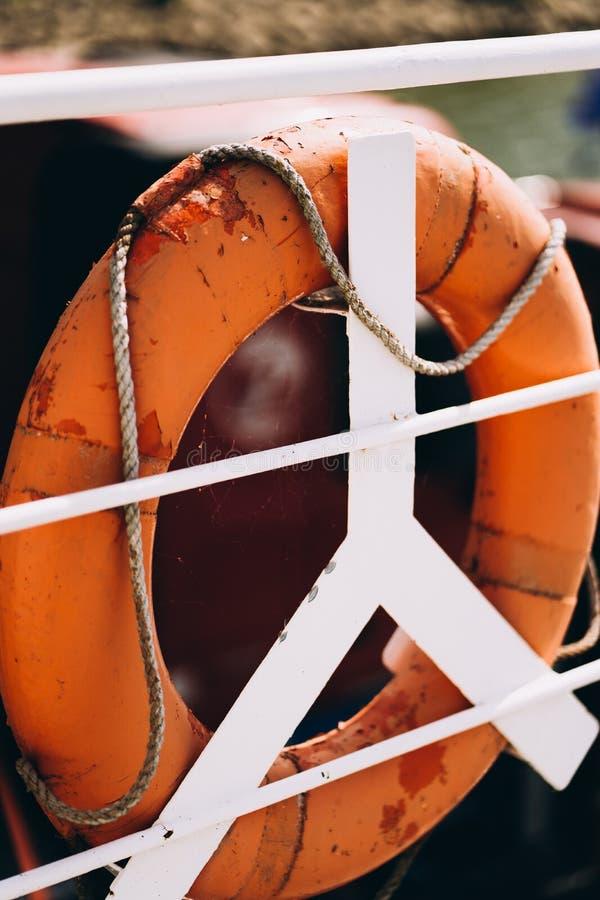 Bootring oder Rettungsring an Bord im abendlichen Meer Schwimmer auf Schiffsseite auf der Seespannung Sicherheit, Rettung, Leben lizenzfreies stockfoto