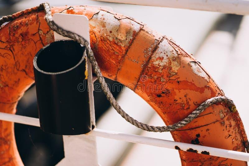 Bootring oder Rettungsring an Bord im abendlichen Meer Schwimmer auf Schiffsseite auf der Seespannung Sicherheit, Rettung, Leben stockfoto