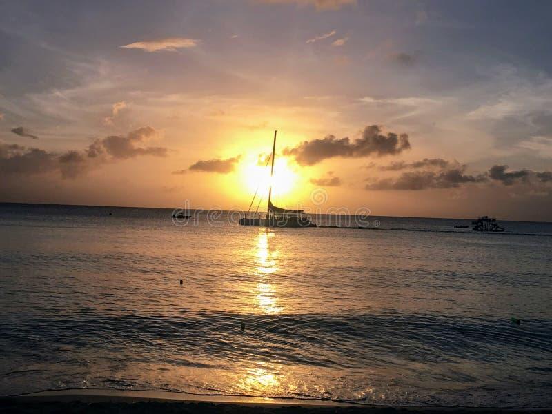 Bootrit op de Oceaan bij Zonsondergang stock fotografie