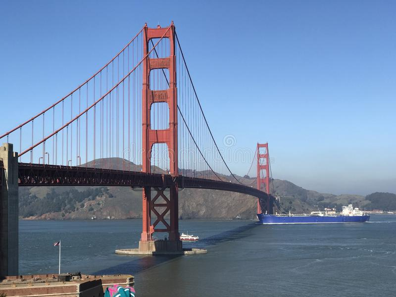 Bootsüberfahrt unter der Brücke stockbild