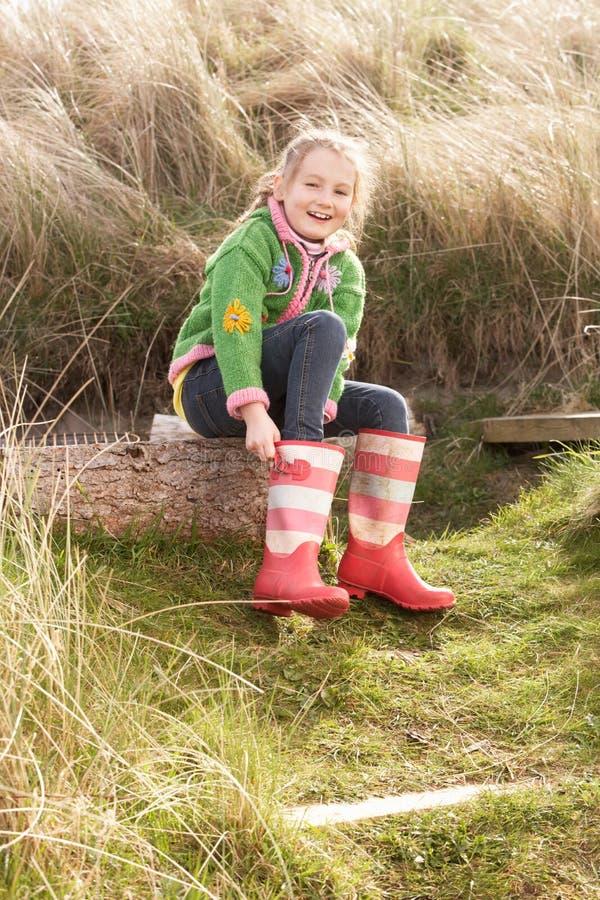 boots девушка кладя детенышей wellington стоковые фотографии rf
