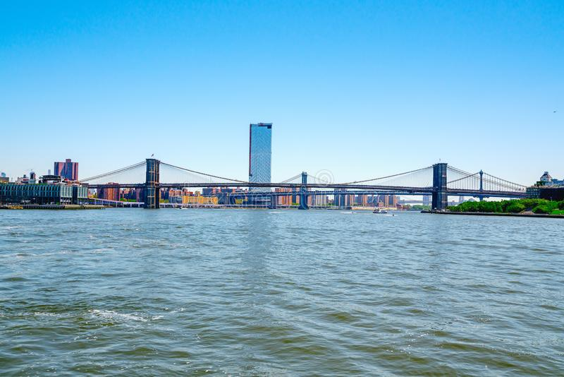 Boots-Ausflug-Reise hinunter den East River Ufergegend, Brooklyn-Brücke, Wolkenkratzer New York City stockfoto