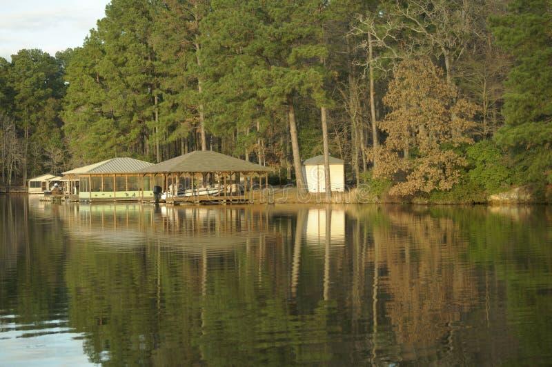 Boots-Haus auf dem See lizenzfreies stockfoto