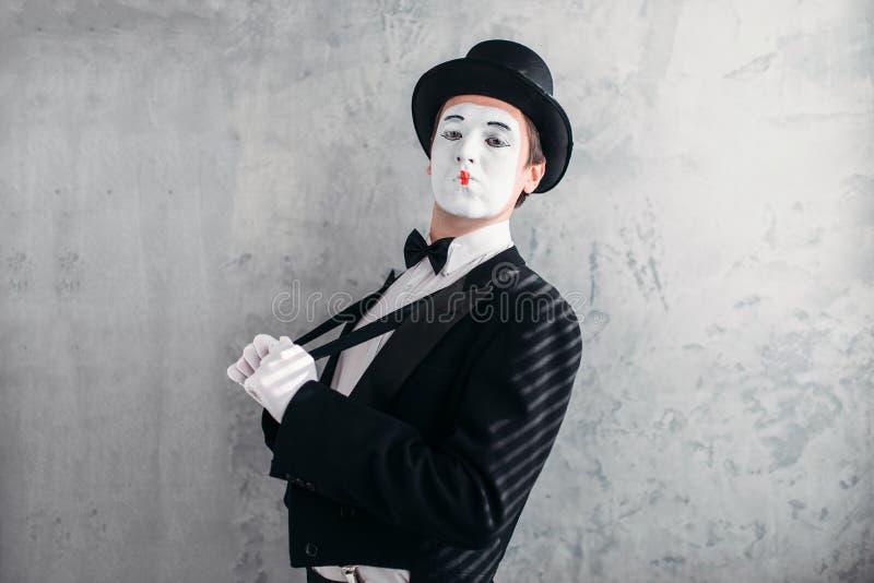 Boots mannelijke kunstenaar met wit make-upmasker na stock fotografie