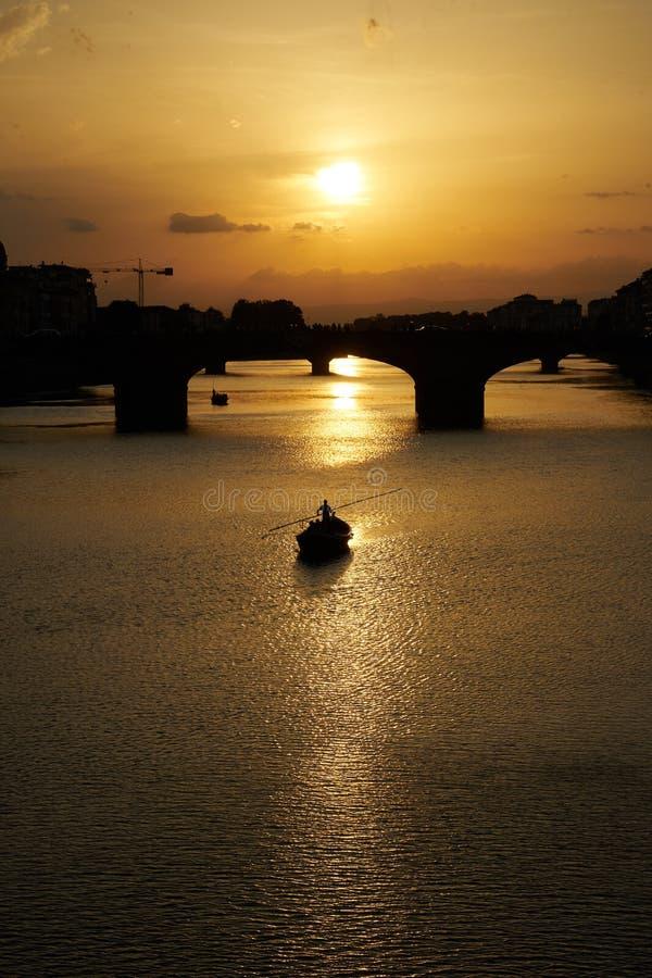 Boots-Segeln auf dem Fluss stockbild