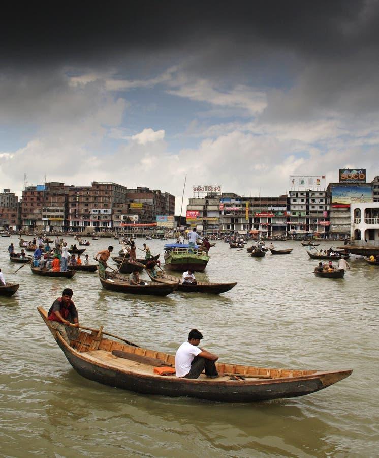 Boots-Verkehr auf Buriganga Fluss stockbild