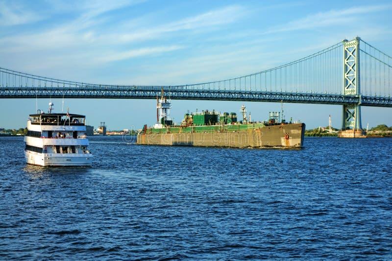 Boots-Verkehr mit Kreuzschiff und Lastkahn auf Fluss stockbilder
