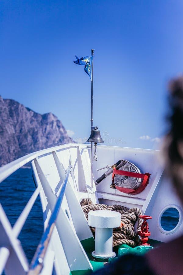 Bootsausflug: Touristen auf einem Boot, die Ansicht genie?end lizenzfreie stockfotografie