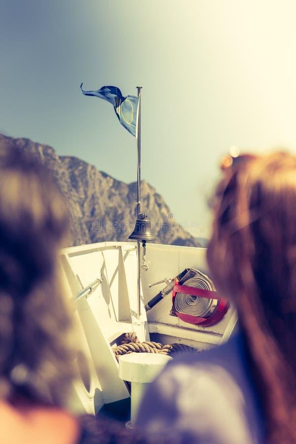 Bootsausflug: Touristen auf einem Boot, die Ansicht genie?end lizenzfreie stockfotos