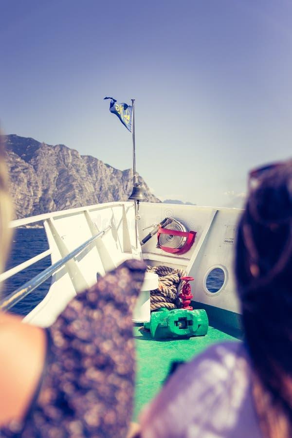 Bootsausflug: Touristen auf einem Boot, die Ansicht genie?end stockfoto