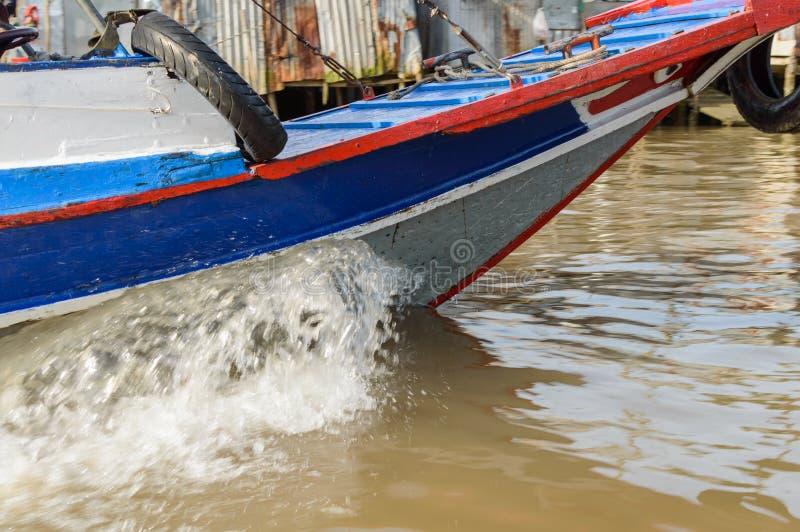 Bootsbogen machen Wellen stockfoto