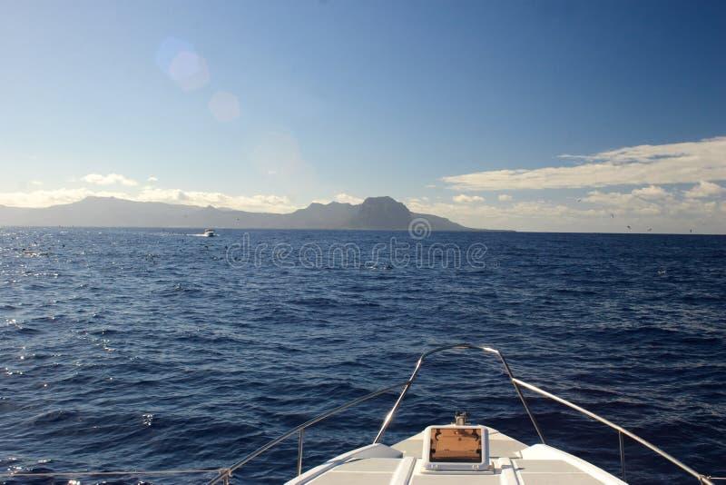 Bootsbogen, yatch auf dem blauen Ozean stockfotografie