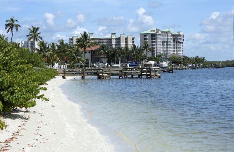 Bootsdocks und -eigentumswohnungen auf Fort Myers Beach, Florida, USA lizenzfreie stockfotografie