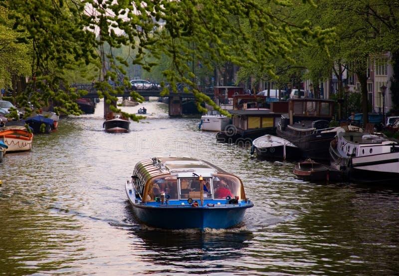 Bootsexkursion durch die Kanäle in Amsterdam stockfotos