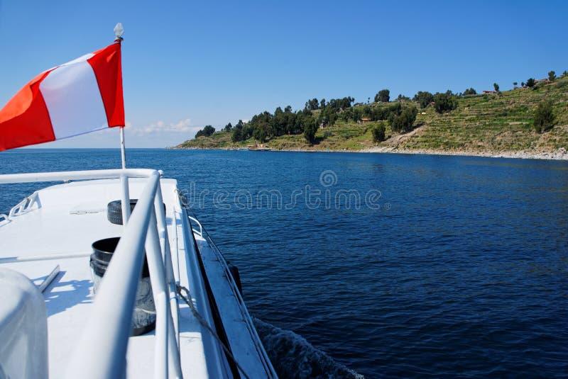 Bootsfahrt mit wellenartig bewegender Flagge lizenzfreie stockfotografie