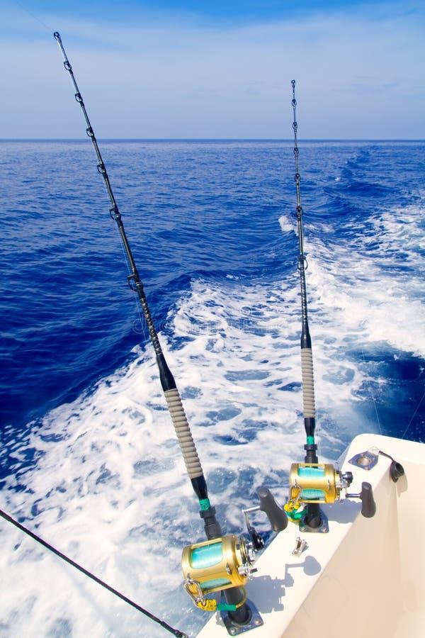 Bootsfischen, das im tiefen blauen Meer mit der Schleppangel fischen lizenzfreie stockbilder