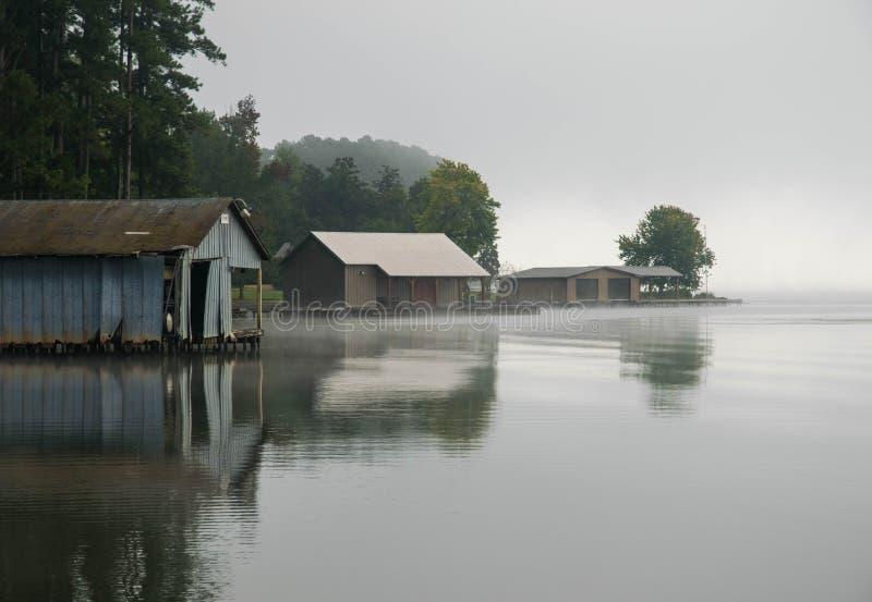 Bootshäuser auf einem ruhigen Alabama See lizenzfreie stockbilder