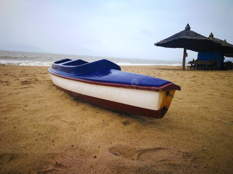 Bootskajak durch das Meer im schlechten Wetter lizenzfreies stockfoto