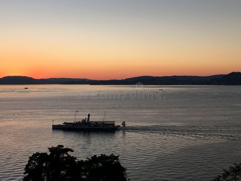 Bootskreuzfahrt auf dem See lizenzfreies stockbild