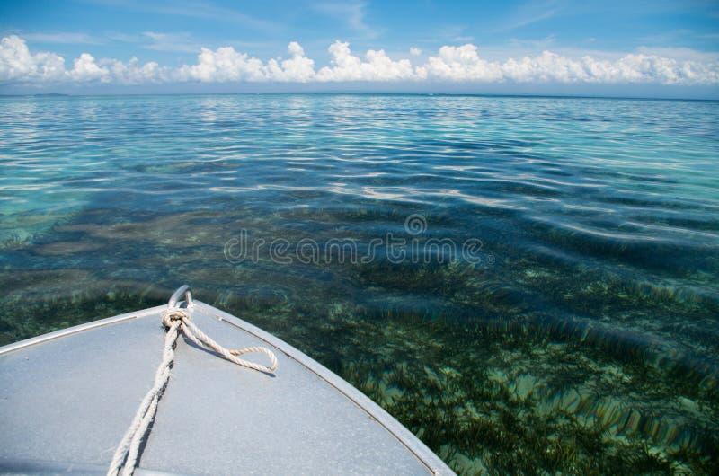 Bootskreuzfahrt mit crytal klarem Wasser auf Sumbawa, Indonesien - horizontal lizenzfreie stockfotos