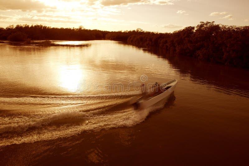 Bootslieferungsspurstützewäschesonnenuntergang-Seefluß lizenzfreie stockfotografie