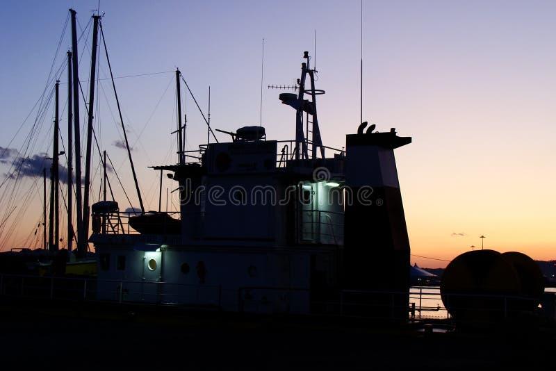 Bootsprofil am Sonnenuntergang im Kanal lizenzfreies stockfoto