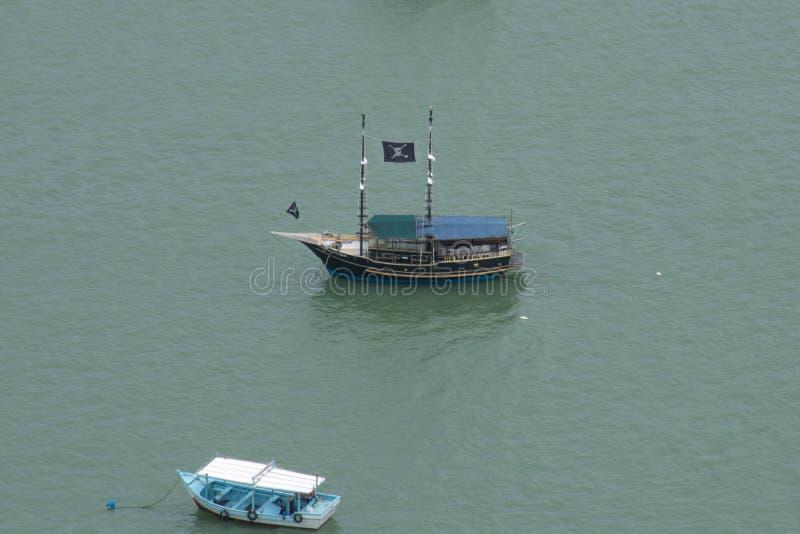 Bootsreise auf der Bucht im Urlaub stockbilder