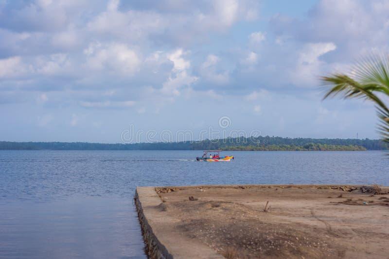 Bootsreiten in Astamudi See Munroe-Insel lizenzfreies stockbild