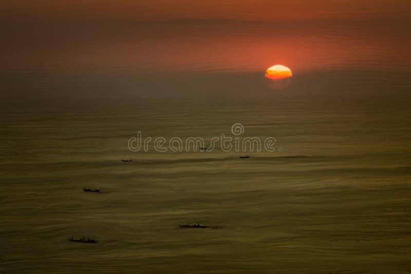 Bootsschattenbilder bei Sonnenuntergang lizenzfreie stockbilder