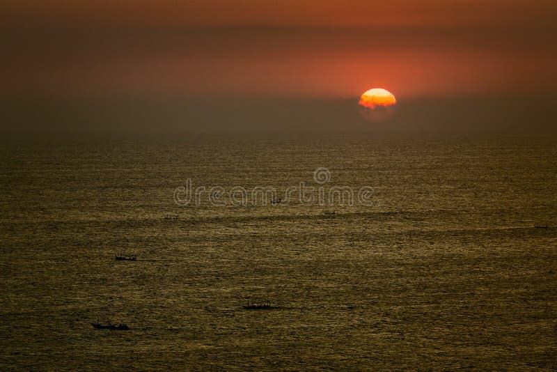 Bootsschattenbilder bei Sonnenuntergang stockfotografie