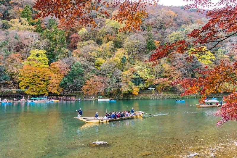 Bootssegeln der japanischen Art im Herbst am arashiyama Kyoto stockfotografie