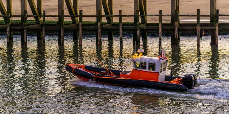 Bootssegeln durch den Hafen in Blankenberge, Belgien, Wassertransport lizenzfreies stockfoto