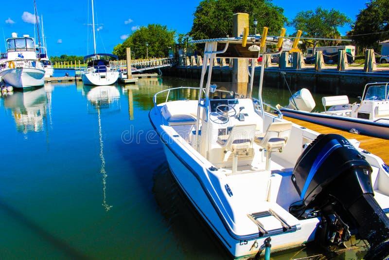 Bootssitzen bereit in einem Dock stockbilder