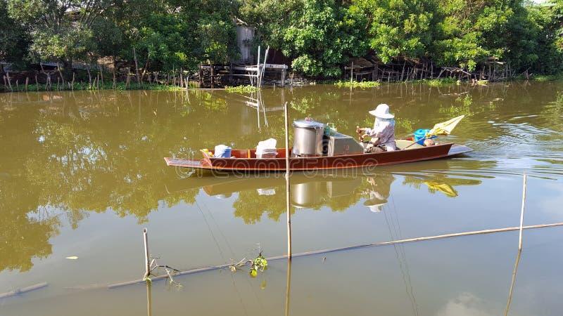 Bootsverkaufsnudel entlang dem Fluss stockbild