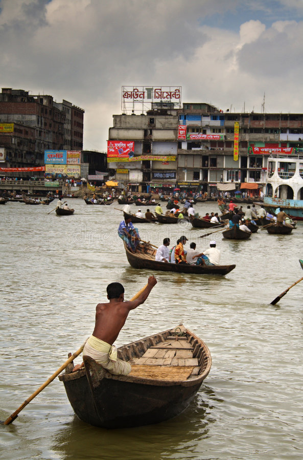 Bootsverkehr auf Buriganaga Fluss stockbilder