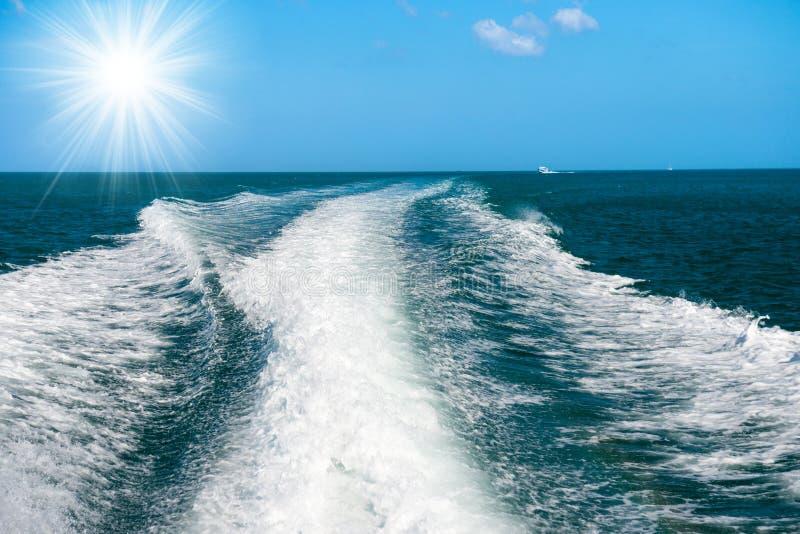 Bootswelle auf der Wasseroberfläche lizenzfreie stockbilder
