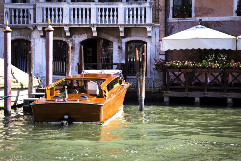 Boottaxi bij de pijler in Venetië stock afbeeldingen