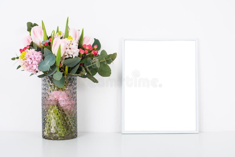 Boquet των λουλουδιών στο βάζο από τον άσπρο τοίχο στον πίνακα με το κενό fram στοκ φωτογραφία με δικαίωμα ελεύθερης χρήσης
