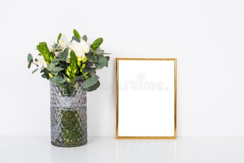Boquet цветков в вазе белой стеной на таблице с пустым fram стоковое изображение