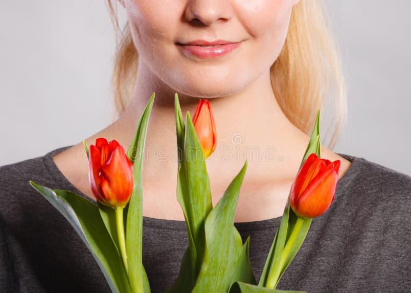 Boquet femminile sorridente della tenuta immagini stock libere da diritti