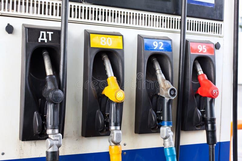 Boquilla de reaprovisionamiento en la gasolinera. imagenes de archivo
