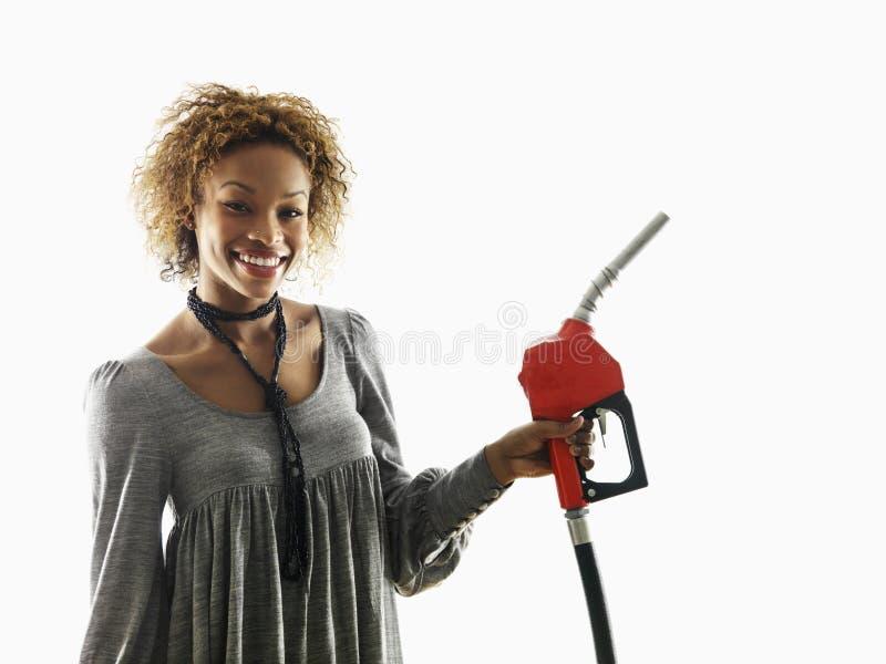 Boquilla del surtidor de gasolina de la explotación agrícola de la mujer fotos de archivo